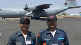 Phi công lái vận tải cơ C-130J của Ấn Độ chụp hình trước một chiếc C-130J của Không Quân Mỹ. Ảnh minh họa, chụp ngày 15/02/2017 tại căn cứ không quân Yelahanka (Bengaluru, Ấn Độ).