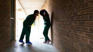 Photo d'illustration. Un garçon crie sur une fille en pleure à l'école.