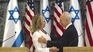 Le président israélien Shimon Perès reçoit Hillary Clinton, qui s'est également entrenue avec le Premier ministre palestinien Salam Fayad.