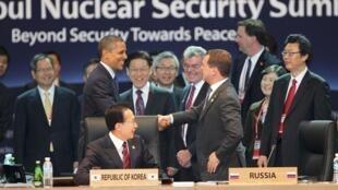 O presidente americano, Barack Obama, e o presidente russo, Dimitri Medvedev, trocam aperto de mão durante a Cúpula de Energia Nuclear em Seul nesta terça-feira.