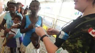 Les Haïtiens font la queue pour être accueillis à bord du navire-hôpital américain USNS Comfort, le 19 août 2011.