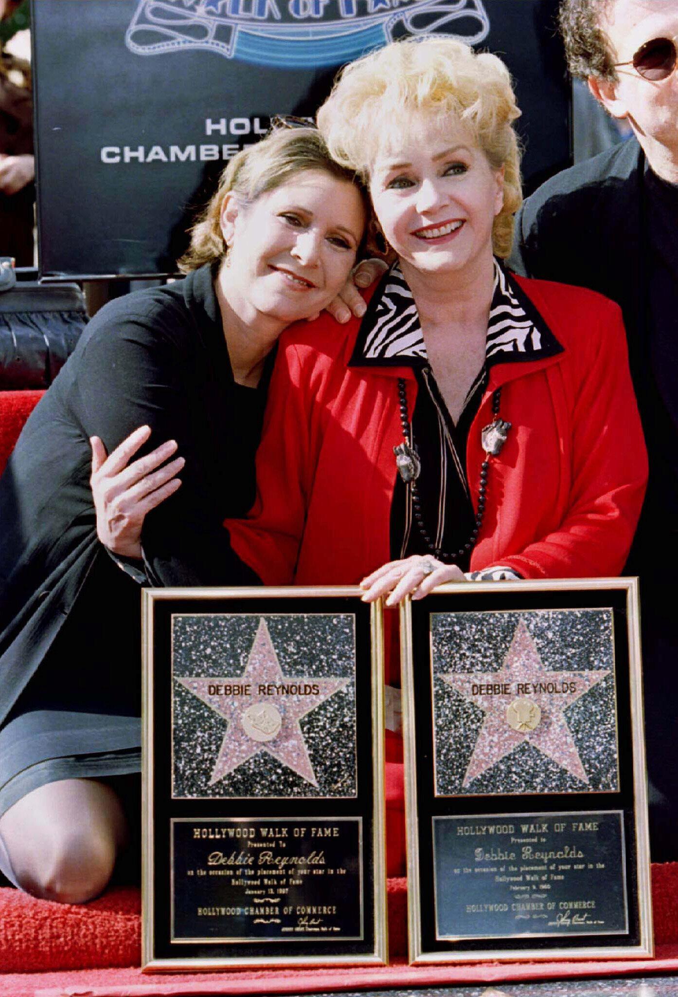 Debbie Reynolds e a filha, Carrie Fisher, na Calçada da Fama de Hollywood