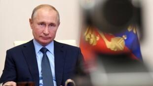 «Реагировать надо не словами, а действиями, причем действиями, совершаемыми без крика, в манере спецопераций, которые так любит президент Путин», — советует Франсуаза Том.