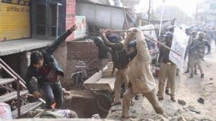Les manifestations contre la loi citoyenneté font rage en Inde depuis une semaine entre les policiers et les protestants. Une vingtaine de personnes sont décédées depuis le début de la mobilisation.