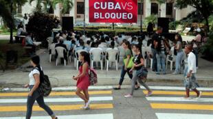 گردهمایی تعدادی از دانشجویان دانشگاه هاوانا در روز چهارشنبه ٢۶ اکتبر ٢٠۱۶ ، در اعتراض به تحریمهابرای اقتصادی آمریکا علیه کوبا، یکروز قبل از رأیگیری در سازمان ملل متحد برای پایان دادن به تحریمهای اقتصادی علیه کوبا.