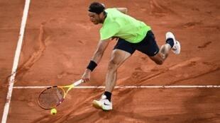 El tenista español Rafael Nadal devuelve la pelota al francés Richard Gasquet, en partido de segunda ronda del Abierto de Francia, el 3 de junio de 2021 en París