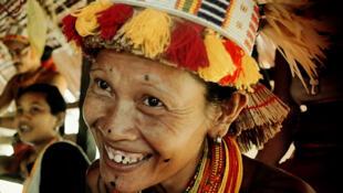 Une femme mentawai en costume traditionnel de cérémonie.