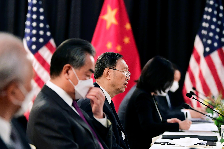 Phái đoàn Trung Quốc do Dương Khiết Trì (g), chủ nhiệm Văn Phòng Ủy Ban Công tác Ngoại Sự Trung Ương và ngoại trưởng Vương Nghị dẫn đầu, trong phiên khai mạc cuộc hội đàm Mỹ-Trung tại khách sạn Captain Cook ở Anchorage, Alaska, Hoa Kỳ ngày 18/03/2021.