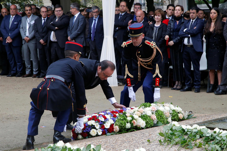 François Hollande dépose une gerbe de fleurs en hommage aux victimes du terrorisme, le 19 septembre 2016.