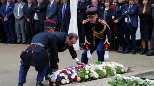 Франсуа Олланд возлагает венок на церемонии памяти жертв теракта в Париже, 19 сентября 2016 года