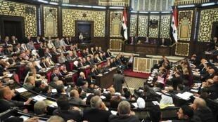 Miembros del parlamento sirio esperan para votar, a fin de fijar la fecha de la elección presidencial, Damasco, 21 de abril de 2014.