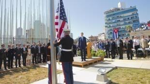 La bandera de Estados Unidos volvió este viernes a ondear en Cuba después de 54 años, tras ser izada en su embajada en el Malecón de La Habana.
