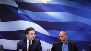 Le président de l'Eurogroupe, Jeroen Dijsselbloem (g), et le ministre grec des Finances, Yanis Varoufakis (d) à Athènes, le 30 janvier 2015.
