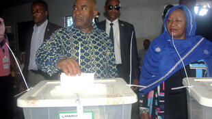 Le président sortant Azali Assoumani, ici en train de voter lors du premier tour de l'élection présientielle le 24 mars 2019, a été réélu avec 60,77% des voix selons des résultats provisoires.
