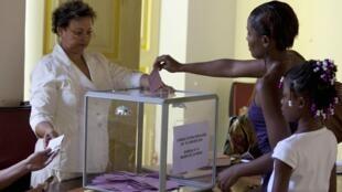 Les électeurs de Martinique et de Guyane sont consultés le 24 janvier par référendum sur la création d'une assemblée unique dans leurs régions respectives. Le 10 janvier (photo), ils avaient dit «non» à une autonomie accrue.