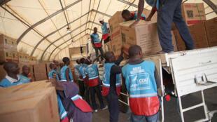 Décembre 2016: entrepôt de la MONUSCO à l'aéroport de Goma: les agents de la Ceni collectent les kits électoraux à déployer par voie routière dans la province du Nord Kivu (photo d'illustration).