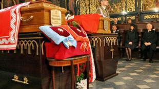 Les funérailles du couple présidentiel polonais, en présence du frère jumeau, Jaroslaw Kaczynski (D), de Marta, la fille des défunts (C) et son mari Marcin Dubieniecki (G), à  Cracovie, le 18 avril 2010