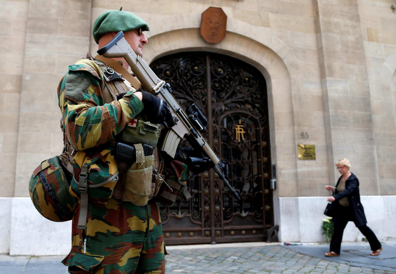 Một quân nhân Bỉ tăng cường canh gác sứ quán Pháp tại Bruxelles sau vụ tấn công tại Nice. Ảnh chụp ngày 15/07/2016.