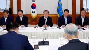 Tổng thống Moon Jae In (G) trong cuộc gặp các lãnh đạo doanh nghiệp Hàn Quốc, tại Nhà Xanh, Seoul, ngày 10/07/2019