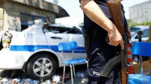 Policial na entrada da sede da polícia em Ancara, Turquia, 18 de julho de 2016.