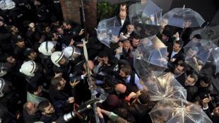 Funcionários da Kanalturk e da Bugun TV tentam impedir entrada da polícia no prédio que abriga as redes de TV