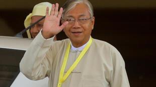 Htin Kyaw, membre de la LND, nouveau président élu de Birmanie, au moment de quitter le Parlement après son élection à Naypyidaw, le 15 mars 2016.