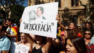 Manifestação pro-referendo na Universidade de Barcelona. No cartaz vemos a foto do ditador Francisco Franco com o primeiro ministro Rajoy.