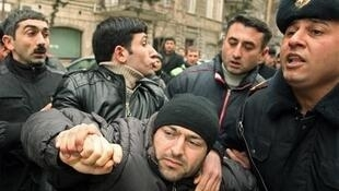 Задержание оппозиционера на протестном митинге в Баку