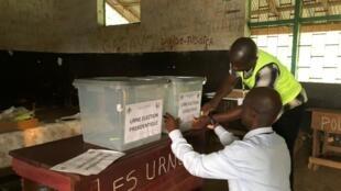 Opération de vote à Bangui, Centrafrique, le 27 décembre 2020.