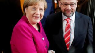 """A chanceler alemã, Angela Merkel, e o presidente do Partido Social-Democrata (SPD), Martin Schulz prometeram este domingo(7) adotar """"uma nova política"""" na Alemanha."""