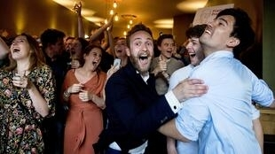 Members of the Labour Party (PvdA) of Frans Timmermans celebrate after the exit polls of the European Parliament elections in cafe Millers on 23 May, 2019 in The Hague.