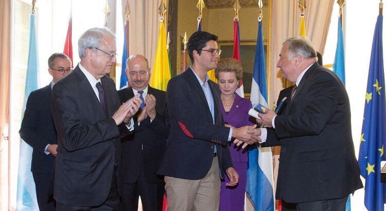 El embajador de Costa Rica en Francia, Gabriel Macaya (izquierda); el artista Ronald Reyes Sevilla (centro) y el presidente del Senado de Francia, Gérard Larcher.