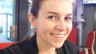 La traductora francesa Chloé Samaniego en los estudios de RFI en París.