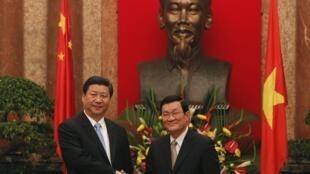 Phó chủ tịch Trung Quốc Tập Cận Bình (trái) và Chủ tịch nước Việt Nam Trương Tấn Sang (phải) tại Phủ Chủ tịch, Hà Nội, ngày 21/12/2011.