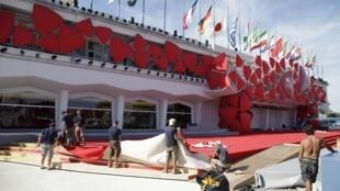 Un rhinocéros stylisé, composé de grandes plaques triangulaires rouges orne le «Palazzo del cinema» où s'ouvre la 69e Mostra de Venise.
