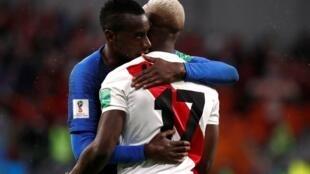 El francés Blaise Matuidi consuela al peruano Luis Advincula tras la derrota de Peru 1-0 en el mundial ,el 22 de Junio de 2018