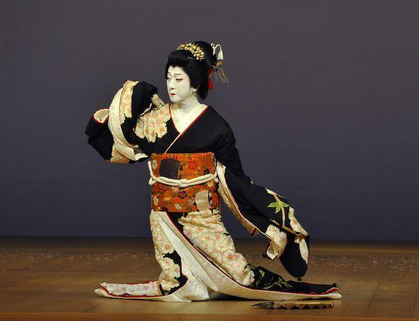 Tamasaburo Bando apresenta Jiuta, espetáculo de kabuki, em Paris.