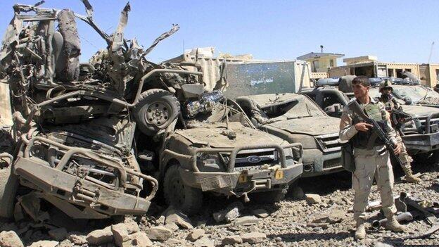 حملات سنگین طالبان به ولسوالی غزنی در افغانستان، حداقل صد کشته برجای گذاشت.