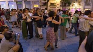 Các đôi nhảy cặp nhân một buổi khiêu vũ ngoài trời tại Pháp - Reuters