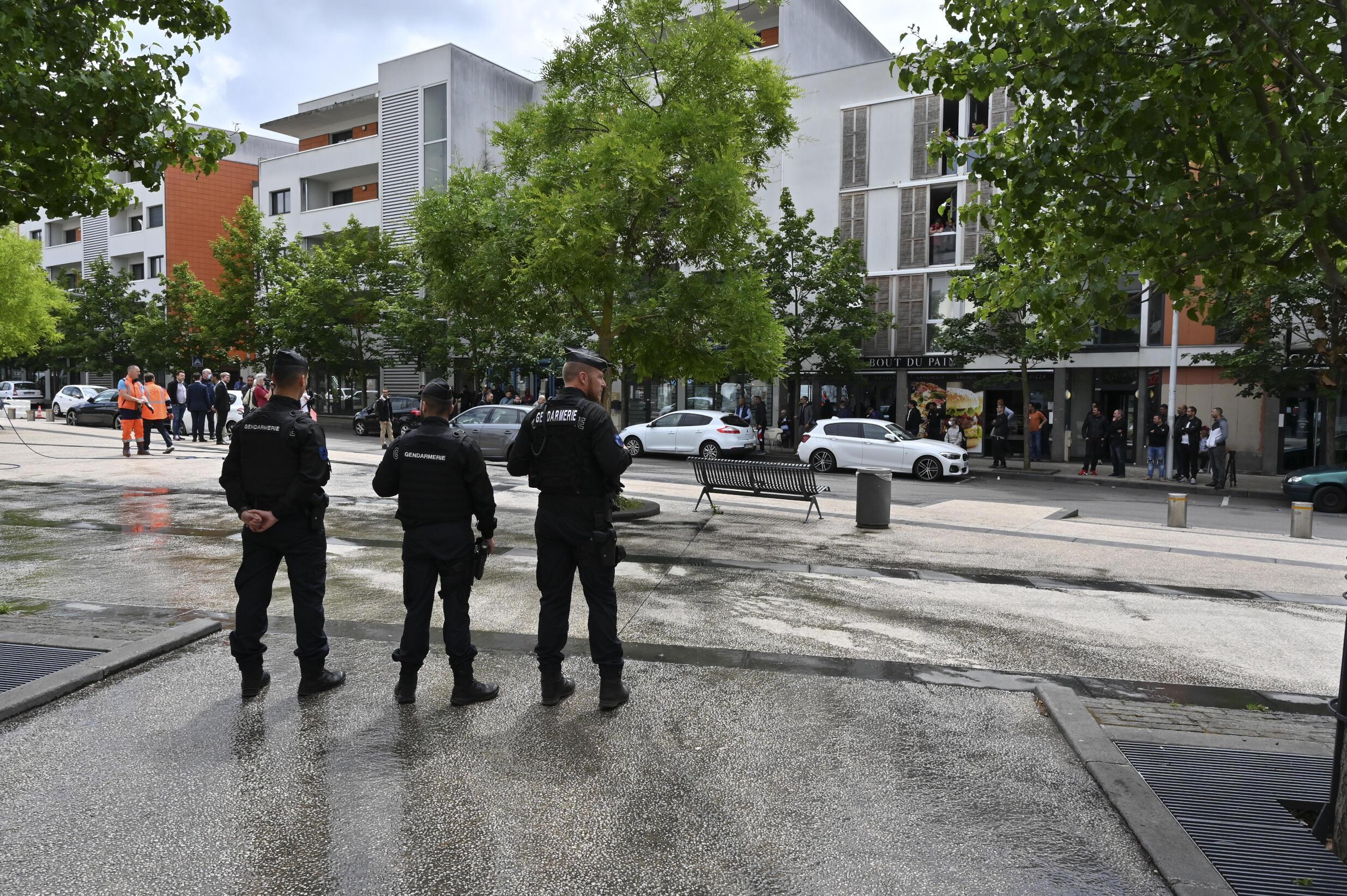 Полицейские в квартале Грязи в Дижоне, где в течение трех дней происходили беспорядки, связанные с конфликтом между чеченской общиной и местными наркодилерами, 16 июня 2020.