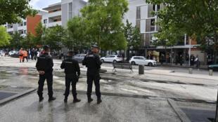 Des agents des forces de l'ordre dans le quartier des Grésilles à Dijon, dans l'est de la France, le 16 juin 2020.