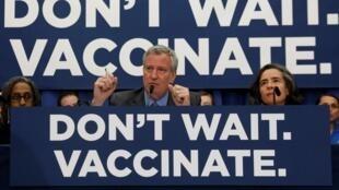 El alcalde de Nueva York, Bill de Blasio, en conferencia de prensa para explicar los peligros de la no vacunación contra el sarampión, el 9 de abril de 2019.