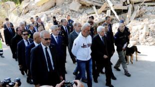 O presidente italiano Sergio Matarella chega a Amatrice depois do terremoto que devastou a cidade.