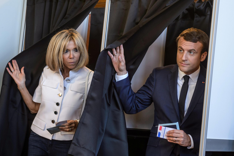 Президент Макрон с женой Брижит голосуют по месту регистрации, на избирательном участке в городе Ле-Туке, 11 июня 2017.