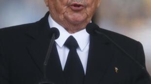 Raúl Castro durante funeral de Nelson Mandela, na África do Sul.