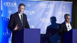 Le candidat conservateur Zac Goldsmith (à gauche) et le candidat travailliste Sadiq Khan, lors d'un débat pour l'élection municipale de Londres, le 12 avril 2016.
