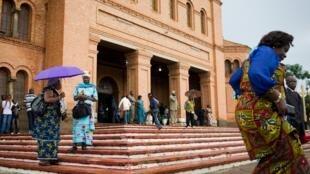 La sortie de la cathédrale Saint Pierre et Paul à Lubumbashi après une messe. (image d'illustration)