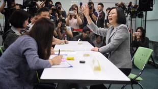 台湾中华民国总统蔡英文(前右)2019年3月21日中午前往民进党中央党部,登记党内总统初选。