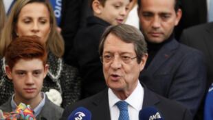 Le président sortant Nicos Anastasiades, ici à la sortie de son bureau de vote le 4 février 2018, a été réélu pour un deuxième mandat à la tête de la Chypre.