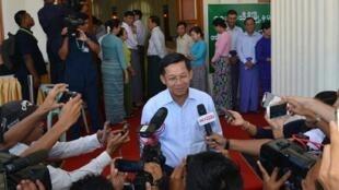 Cette photo communiquée par le bureau du chef de l'armée aux gences de presse montre ce dernier, le général Min Aung Hlaing, s'adressant aux journalistes après avoir voté dans la capitale le 8 novembre 2015.